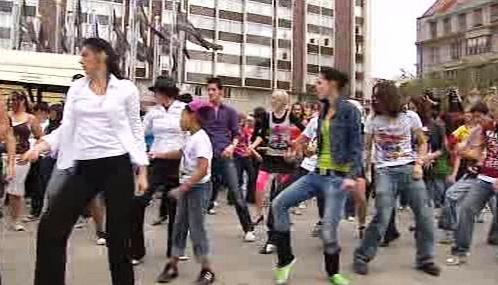Tanečníci před hotelem Intercontinental