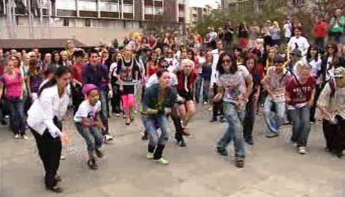 Jacksonovi fanoušci si tancem připomínají zpěvákovy nedožité narozeniny