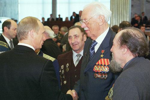 Sergej Michalkov si třese rukou s Vladimirem Putinem