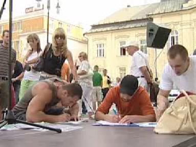 Lidé při podpisu petice