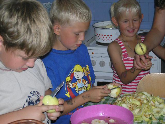 Příprava jablečného dortu v Dětském klubu
