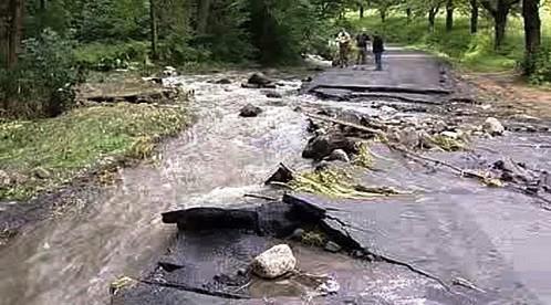 Silnice zničená povodní