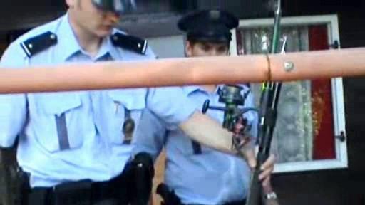 Policisté zabavují prut