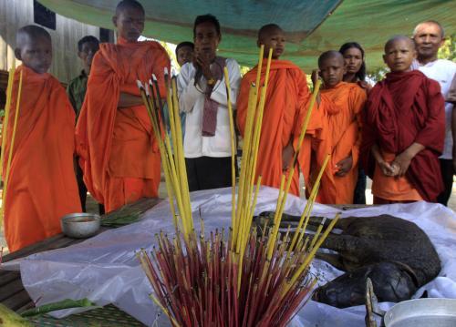 Buddhističtí mniši oplakávají svaté tele