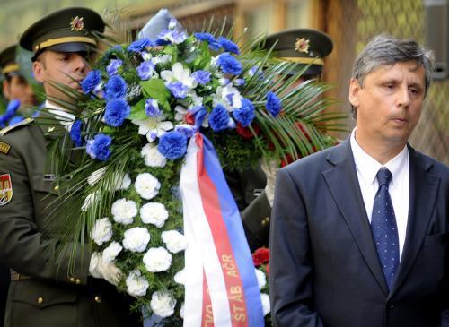 Jan Fischer při pietním aktu u budovy ČRo