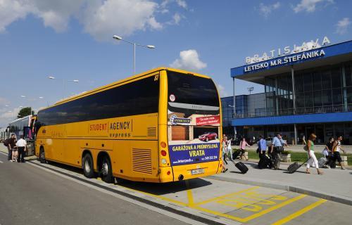 Autobus přiváží klienty SkyEurope
