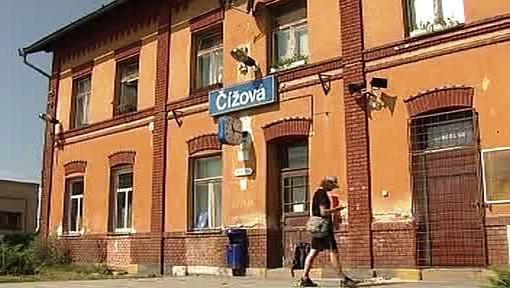Uzavřená nádražní budova v obci Čížová