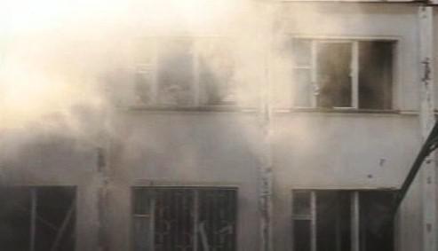 Hořící policejní stanice v Nazrani