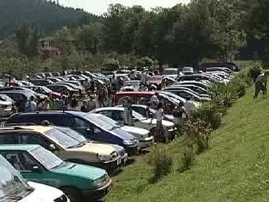 Přeplněné parkoviště v Adršpachu