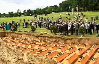 Pietní uložení ostatků Němců zvražděných v polském Malborku