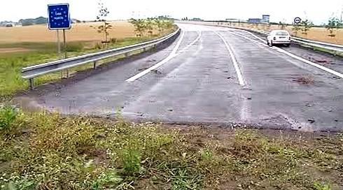 Silnice zatím končí v polích.