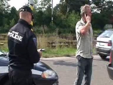 Policisté při kontrole řidiče