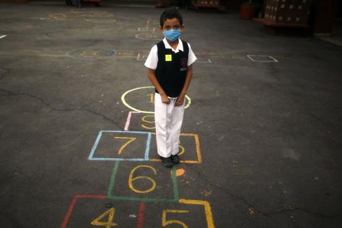 Mexický chlapec s ochrannou rouškou