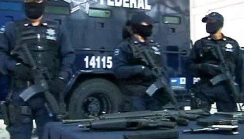 Mexičtí policisté se zabavenými zbraněmi