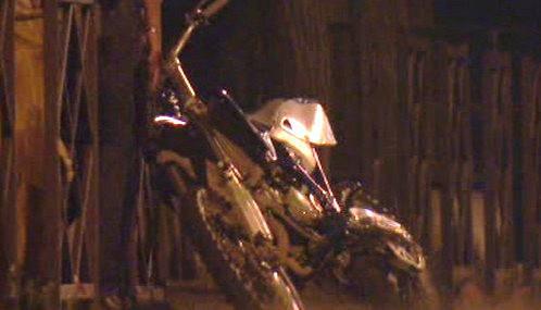 Motocykl mladíka, který zahynul na pařížském předměstí