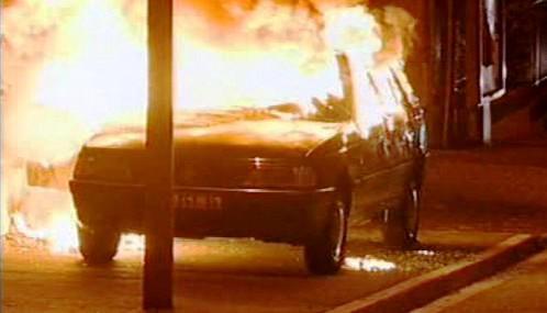 Hořící vůz na pařížském předměstí