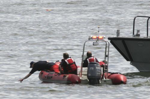 Záchranáři prohledávají řeku Hudson