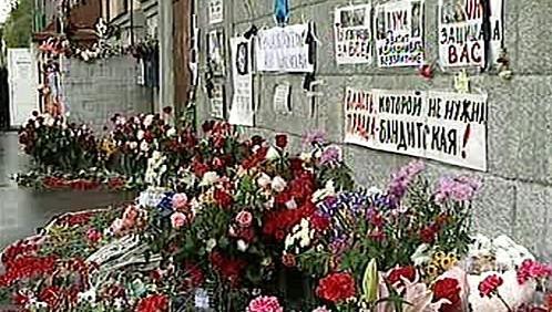 Květiny u místa vraždy Anny Politkovské