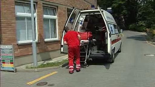Záchranář nakládá pacienta
