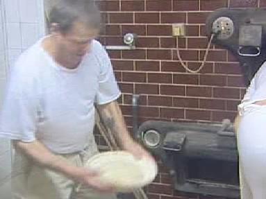 Pekaři při přípravě chlebového těsta