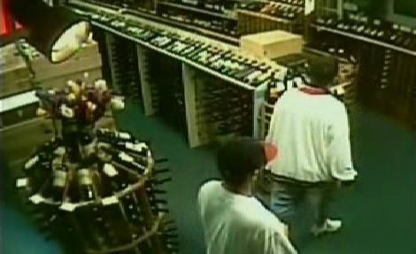 Zloději v obchodě s vínem