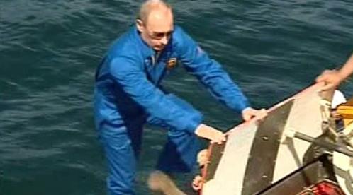 Vladimir Putin sestupuje do ponorky