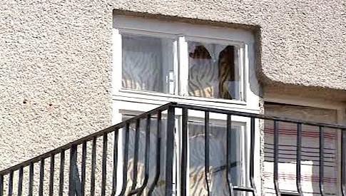 Prostřelené okno domu v Handlové