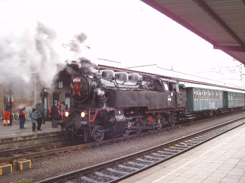 Parní lokomotiva na nádraží