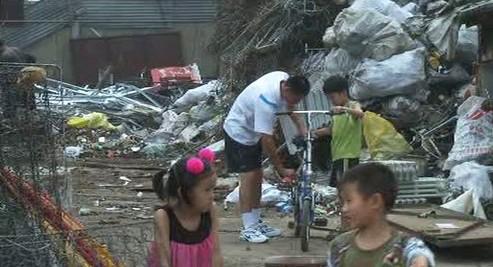 Čínská rodina žijící ve sběrně odpadů
