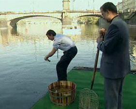 Příprava rybářské soutěže v Praze