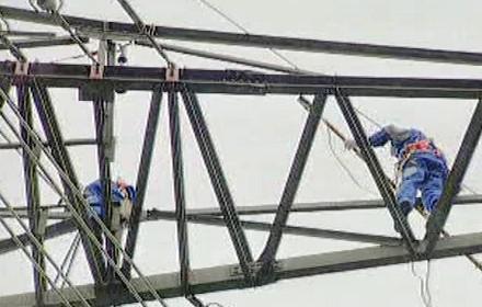 Opravy elektrického vedení po bouři