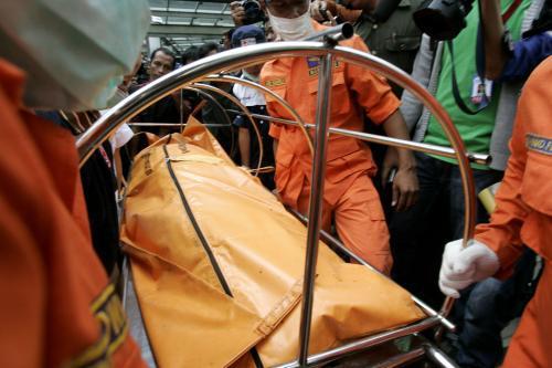 Tělo oběti výbuchu v Jakartě