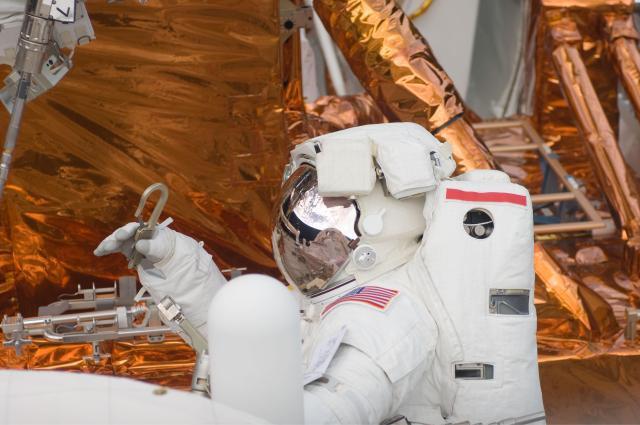 Kosmonaut u Hubbleova teleskopu