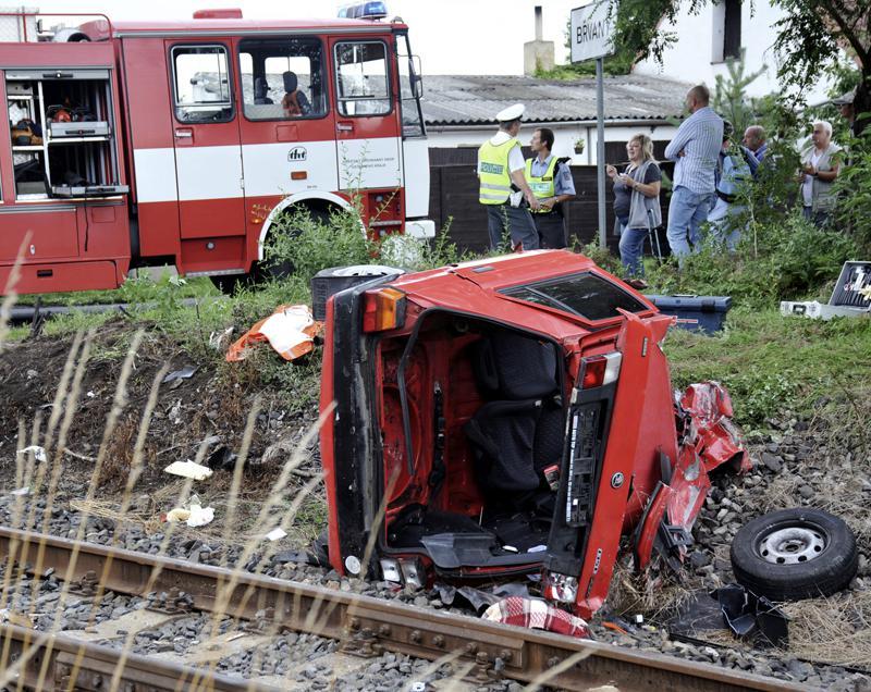 Osobní auto po srážce s vlakem