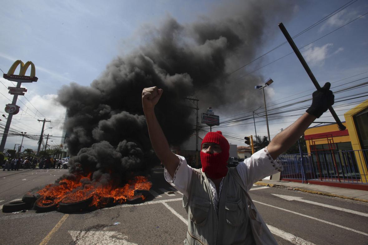 Stavění barikád v Hondurasu
