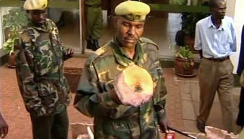 Keňská policie se zabavenou pašovanou slonovinou
