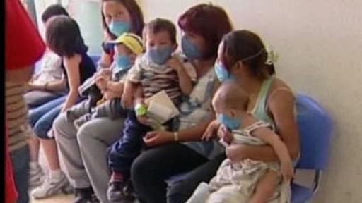 Matky s dětmi chránící se rouškou proti nové chřipce