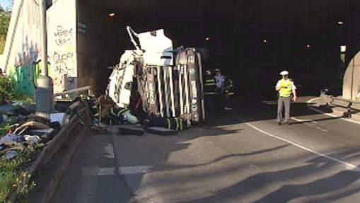 Police vyšetřuje nehodu kamionu