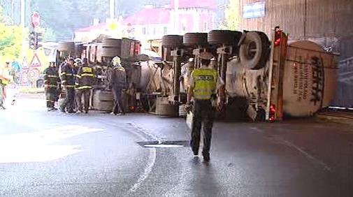 Převrácený kamion na Barrandovském mostě