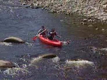 Kanoe mezi kameny