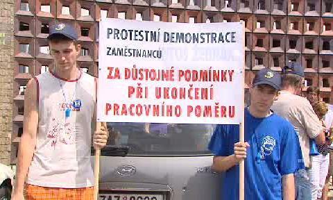 Protestující zaměstnanci společnosti Intos