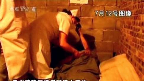 Zdravotníci pečují o zachráněného horníka