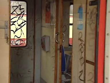Poničený interiér vlakové soupravy