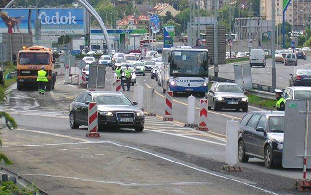 Dopravu v ulici 5. května řídí policisté