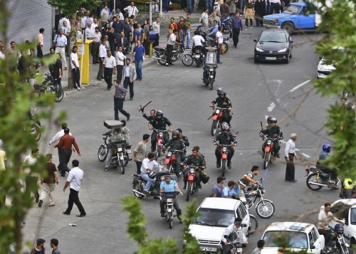 Bezpečnostní složky bijí stoupence opozice