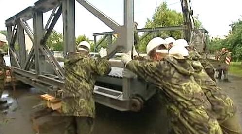Vojáci staví most