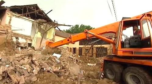 Demolice domu zasaženého povodní