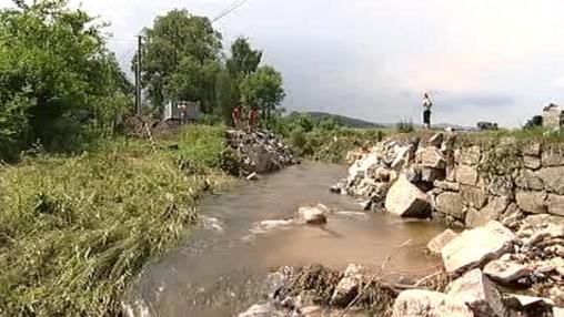Zbytky strženého mostu v Červené vodě