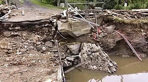 Zničená silnice po povodni
