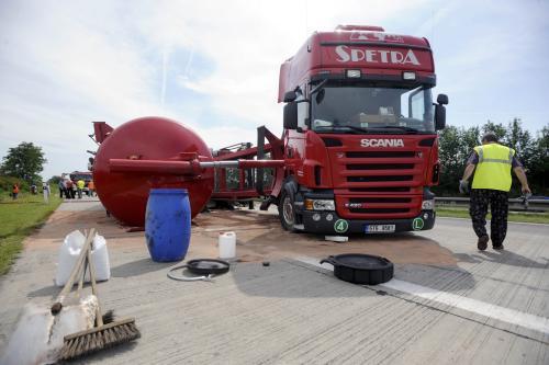 Převrácená cisterna na dálnici D11